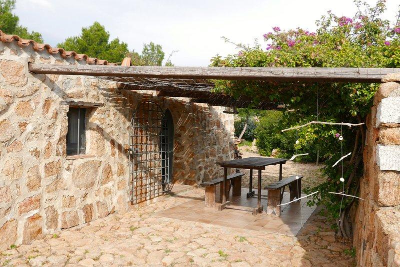 ANANIA Maison de charme en pierre dans beau jardin, proche mer et plages, holiday rental in Sos Alinos