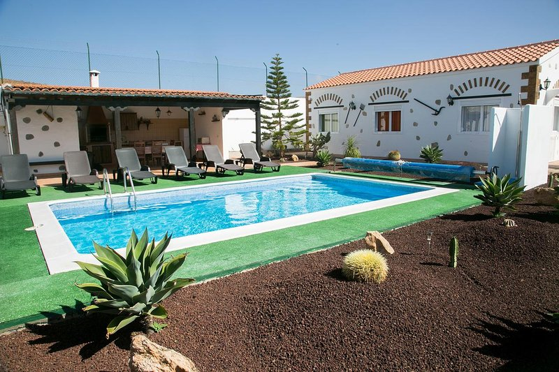 Spacious villa with swimming-pool, holiday rental in Valles de Ortega