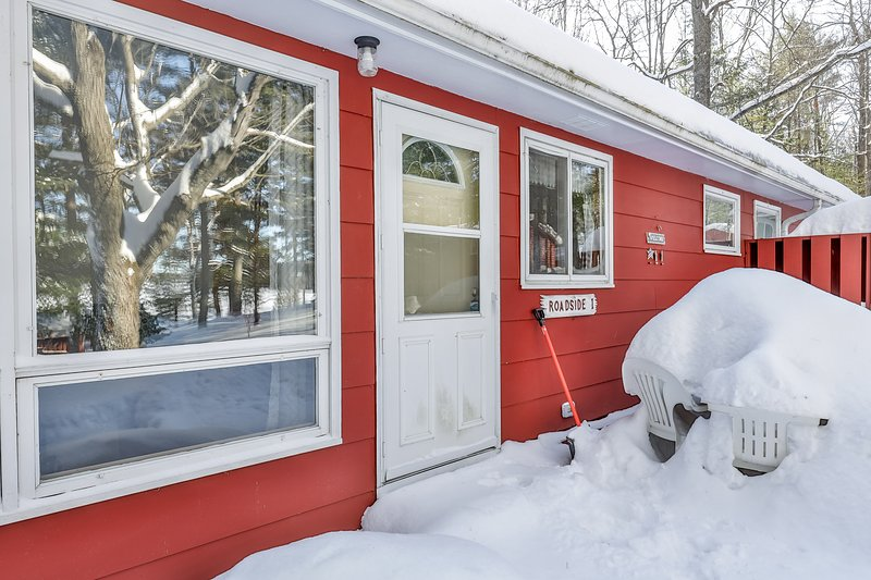 New listing! Charming cabin w/ lake views and trail access; family-friendly!, location de vacances à Lake Tomahawk