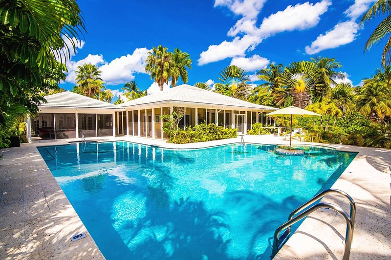 Great Escape: Serene Cove Villa in the Quiet Neighborhood of Cayman Kai with, location de vacances à Grand Cayman