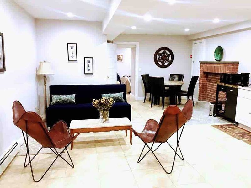 Bright Modern Apt near Major Trains! A, C, J, Z, L, holiday rental in Ozone Park