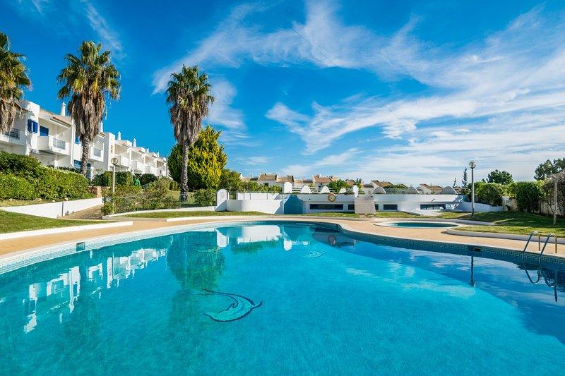Enjoy Oura Strip New Old Town Albufeira amazing pool walking distance to beach, holiday rental in Areias de Sao Joao