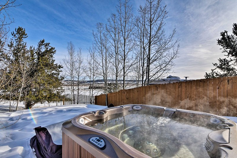 Mountain Retreat w/Furnished Deck, Hot Tub & Views, holiday rental in Fairplay