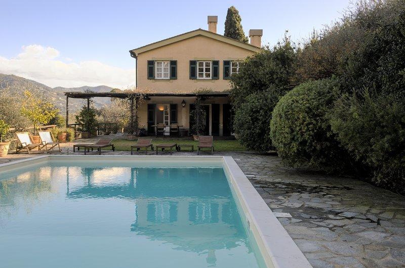 Villa con piscina tra gli ulivi di Rapallo, holiday rental in Rapallo