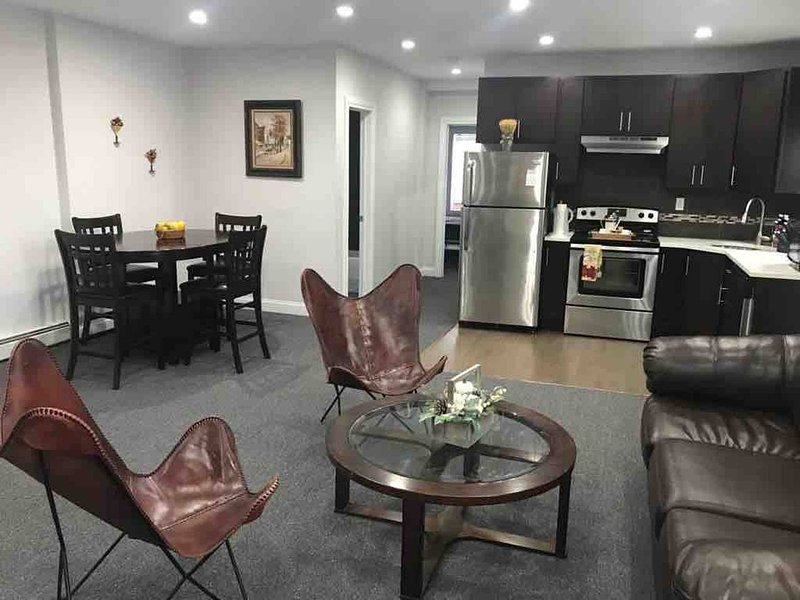 Beautiful Chic 2 bedroom Apt near Major Trains that Connect to Manhattan, holiday rental in Ozone Park