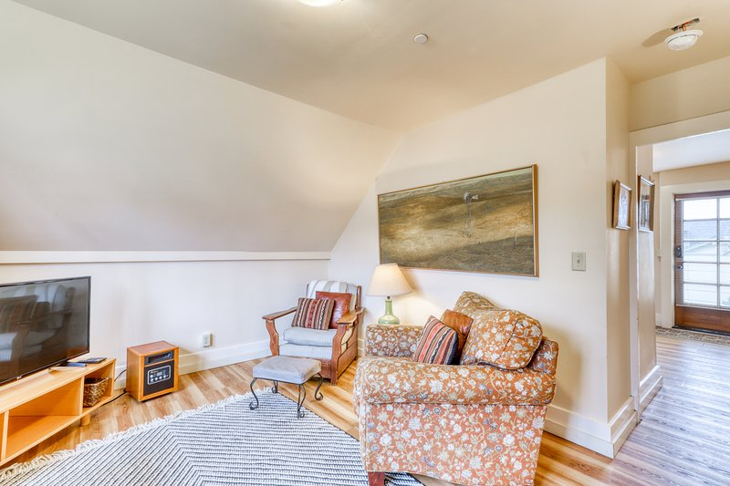 Dog-friendly, downtown loft w/ a deck & enclosed yard - bikes available!, holiday rental in South Yarmouth