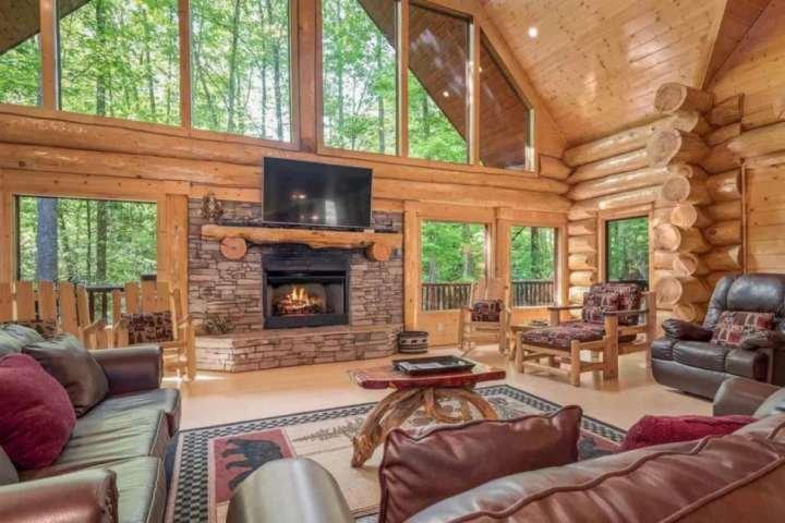 Pats Place CUSTOM BUILT Log Cabin~ Peaceful Setting-Pool Table- Hot Tub-Fire Pit, alquiler de vacaciones en Gatlinburg