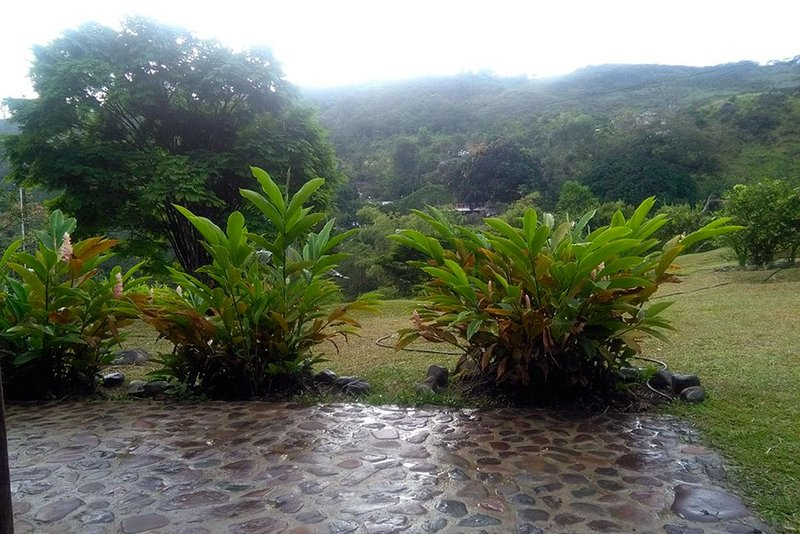 Country estate surrounded by mountains and a river!, holiday rental in Jamundi