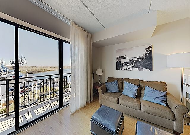 River-View Condo in Historic District – Highly Walkable Locale!, alquiler vacacional en Leland