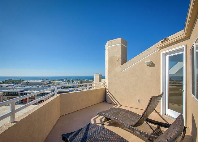 Luxury Beach Home w/ Ocean Views - Steps to Hermosa Beach Pier, location de vacances à Hermosa Beach