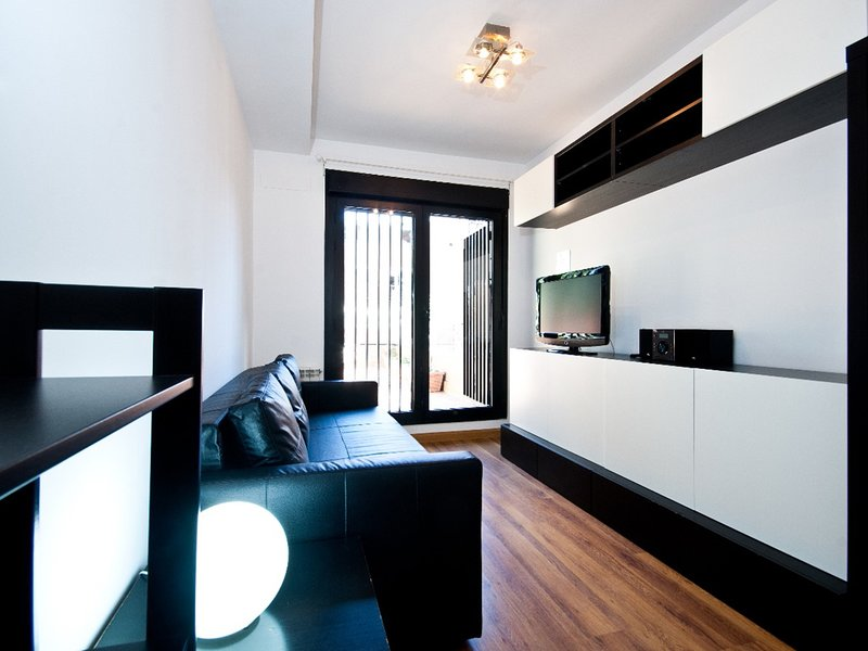 Charming Madrid Urgel - Ideal for 2 people, with free parking and terrace, holiday rental in Mazo