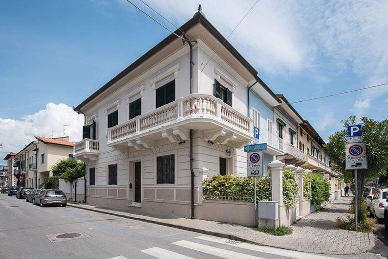 Villa Fiammetta near the beach up to 12 with AC, Ferienwohnung in Viareggio
