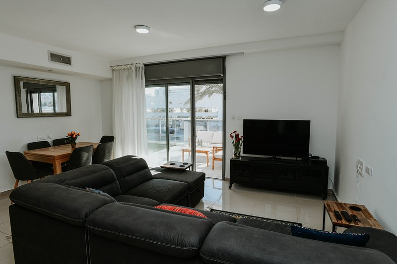 ROYAL PARK RESIDENCE - 2BDR - OCEAN VIEW - HOTELS AREA - SWIMMING POOL PARKING, alquiler de vacaciones en Eilat
