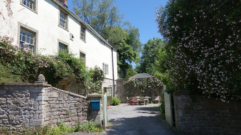 Lovely property in the heart of Somerset, sleeps 9, vacation rental in Shepton Mallet