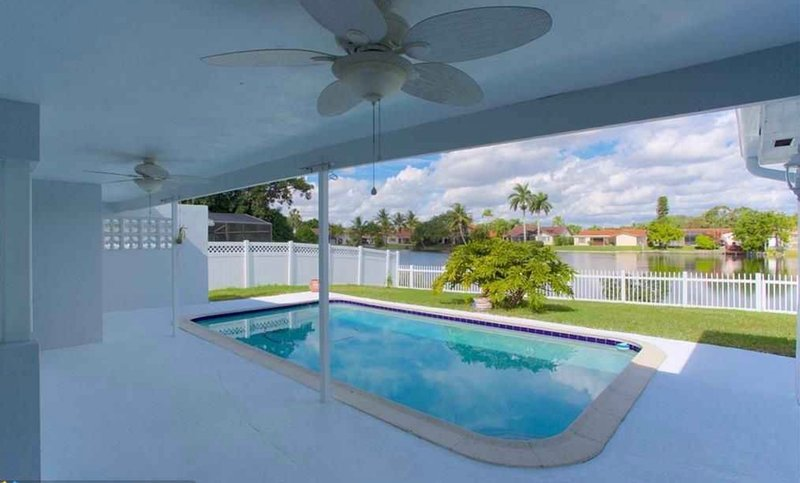 Room in Luxury Lakefront Pool Home, holiday rental in Green Meadow