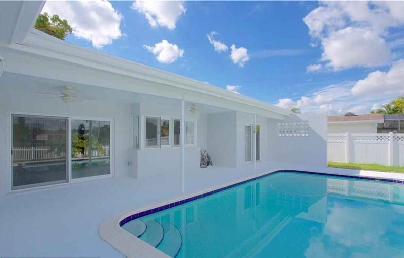 LUXURY LAKEFRONT POOL HOME in FORT LAUDERDALE!!!, holiday rental in North Miami Beach