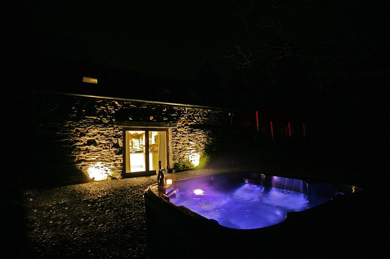 Sunridge Lodge, Luxury Self Catering Accommodation with Hot Tub & Fishing, vacation rental in Yealmpton