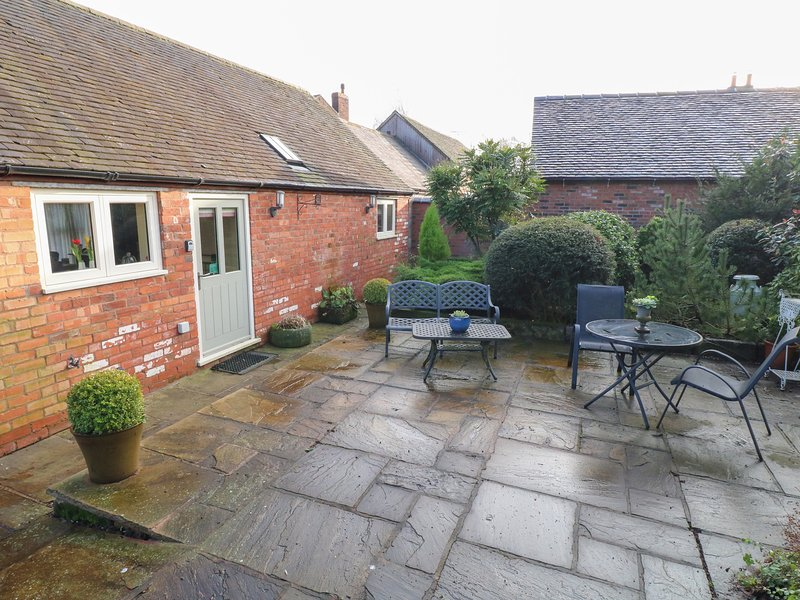 THE RETREAT, romantic, luxury holiday cottage, with hot tub in Hollington, vacation rental in Shirley