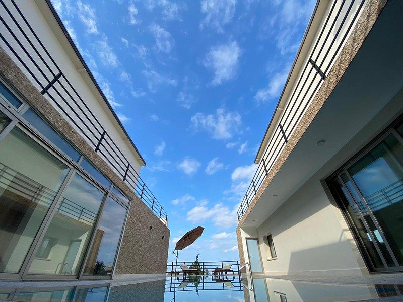 Luxurious modern 4 bedroom villa with spectacular views, vacation rental in Alsancak - Karavas
