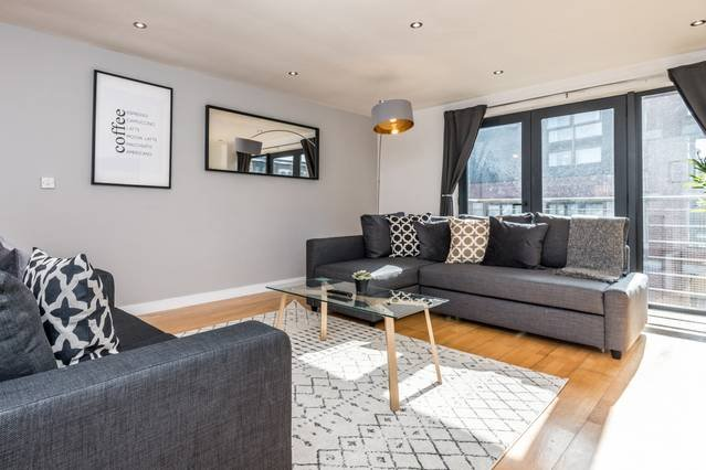 Bright & Spacious Apt- nxt to L1 w/ FREE PARKING, holiday rental in Liverpool