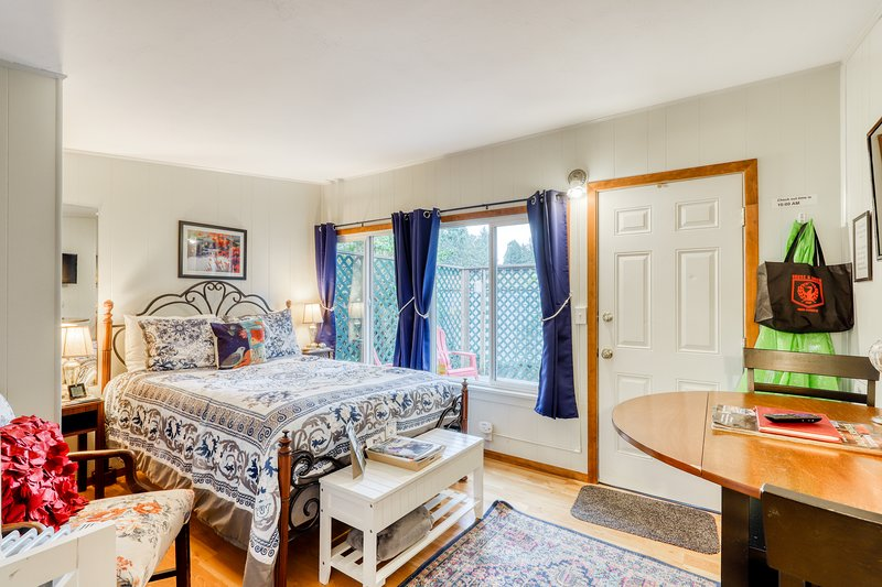 Dog-friendly studio cottage - close to HSU & the desirable Fickle Hill area!, vacation rental in Arcata