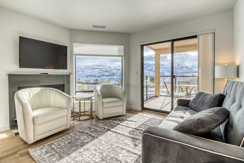 Cozy condo with lake & mountain views, pools, hot tub, dock & more!, vacation rental in Chelan