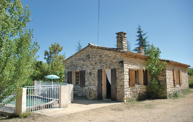 Nice home in Monieux with Outdoor swimming pool and 2 Bedrooms (FPV274), holiday rental in Monieux