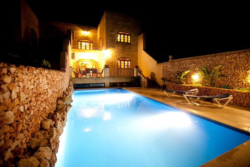 Large 5 bedroom fully airconditioned  Farmhouse, private pool and amazing views, location de vacances à Xaghra