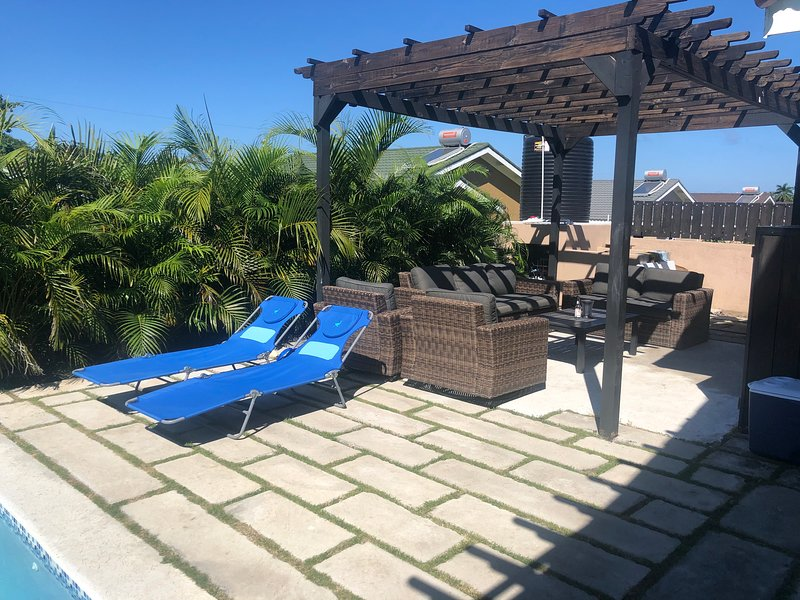 Palm Blossom Villa with Private Pool and Cook, location de vacances à Lime Hall