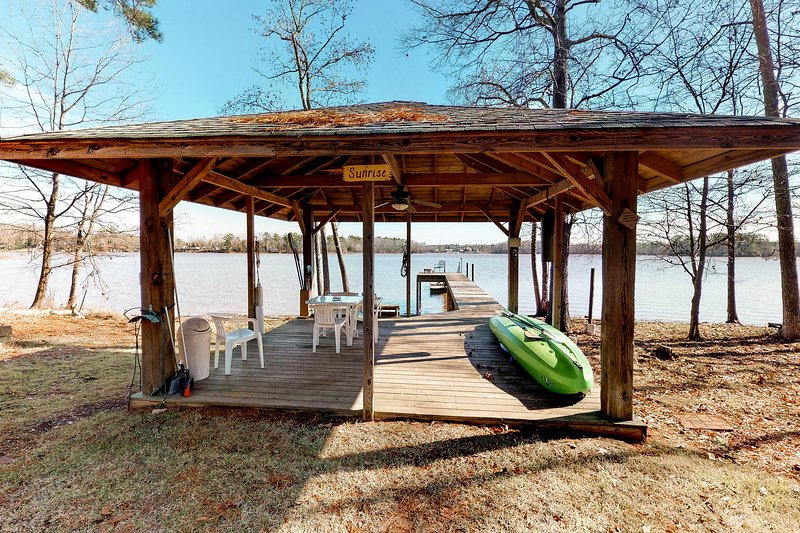 Huge, Dog-Friendly Waterfront Cabin w/ Private Dock and a Play Structure, vacation rental in Prosperity