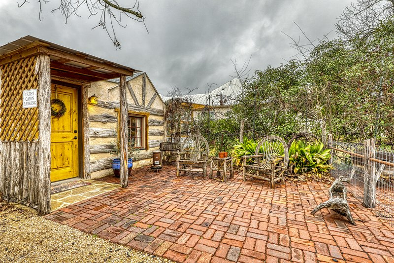 Romantic cabin with a patio - walk to restaurants, tasting rooms & more!, vacation rental in Fredericksburg