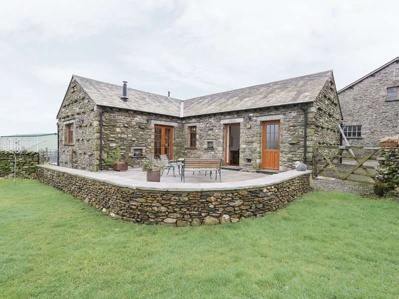 LITTLE CRAKE HOWE, woodburner, working farm, walks from the door, near Kendal – semesterbostad i Kendal