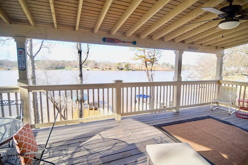 Gorgeous Lake House With Stunning Views, holiday rental in Greer
