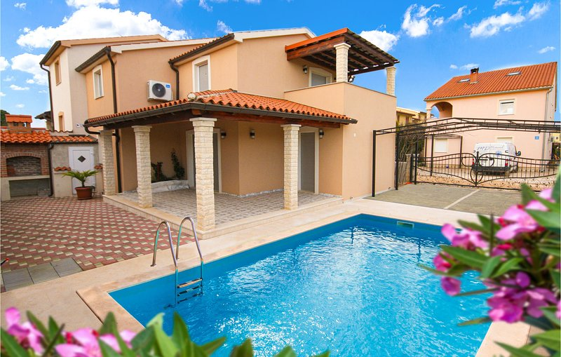 Stunning home in Fazana with Outdoor swimming pool and 4 Bedrooms (CIF941), holiday rental in Valbandon