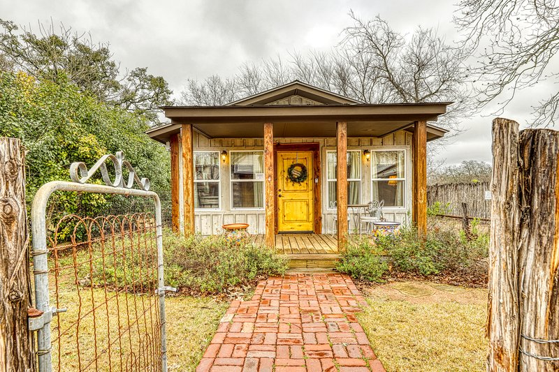 Adorable studio cabin with covered porch, near Main Street, 2 dogs OK!, vacation rental in Fredericksburg