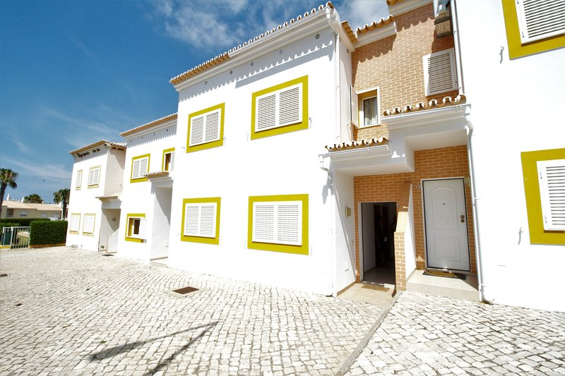 AT22 Beautiful 4 bed townhouse with communal pool with wi-fi., vacation rental in Guia