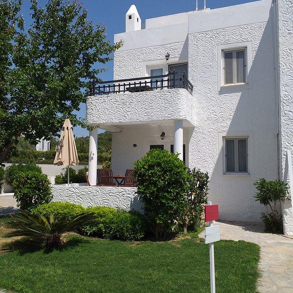 La Vida Blanca Villa -3, vacation rental in Torba