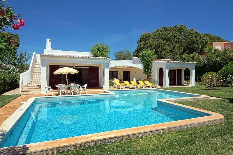 Villa Torneira, 3 bedroom villa with large garden and pool in Vilamoura, vacation rental in Vilamoura