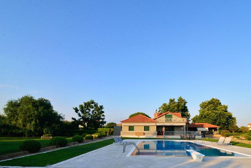 Villa Navarino - Estate w. Pool, Tennis & gardens, location de vacances à Chora