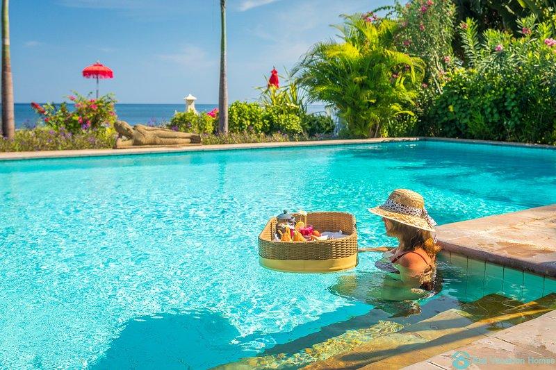 Villa Agus Mas: Oceanfront Private Poolvilla Lovina with Free Dolphin Tour!, alquiler vacacional en Dencarik