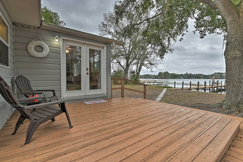 Cozy Waterfront Escape w/Private Dock on Como Lake, vacation rental in Satsuma