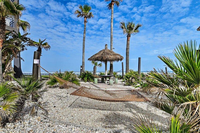 NEW! Daytona Beach Shores Condo w/ Pool Access!, casa vacanza a South Daytona