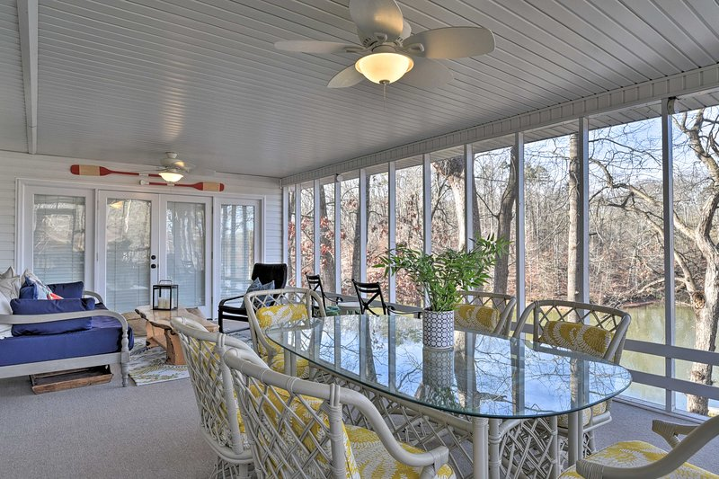 Large Lavonia Home w/ Party Dock on Lake Hartwell!, location de vacances à Franklin Springs