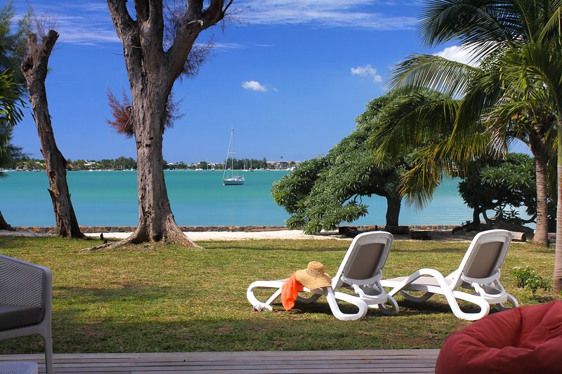 SUNNY BAY BEACH FRONT VILLA *****, holiday rental in Pointe aux Canonniers
