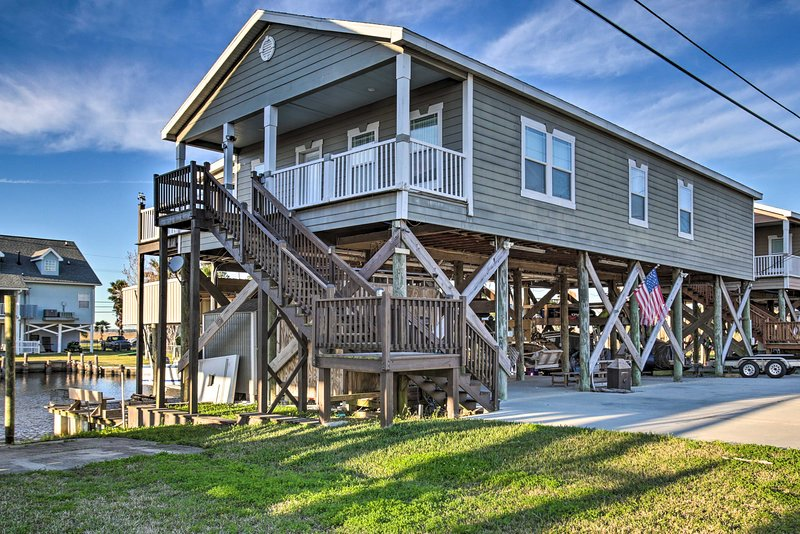 NEW! Unique Waterfront Slidell Home w/ Boat Slip, holiday rental in Slidell