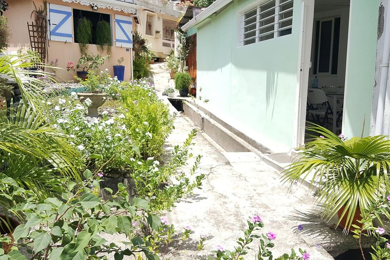 Nice house near the beach & terrace, location de vacances à Schoelcher