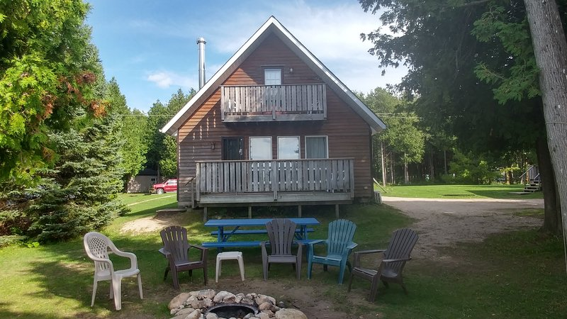 Cedars of Lake Eugenia-Chalet C - Grey Chalet, holiday rental in Flesherton