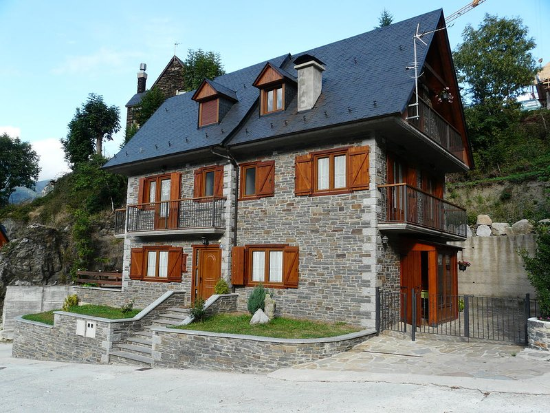 Spacious chalet with terrace & Wifi, holiday rental in Arros