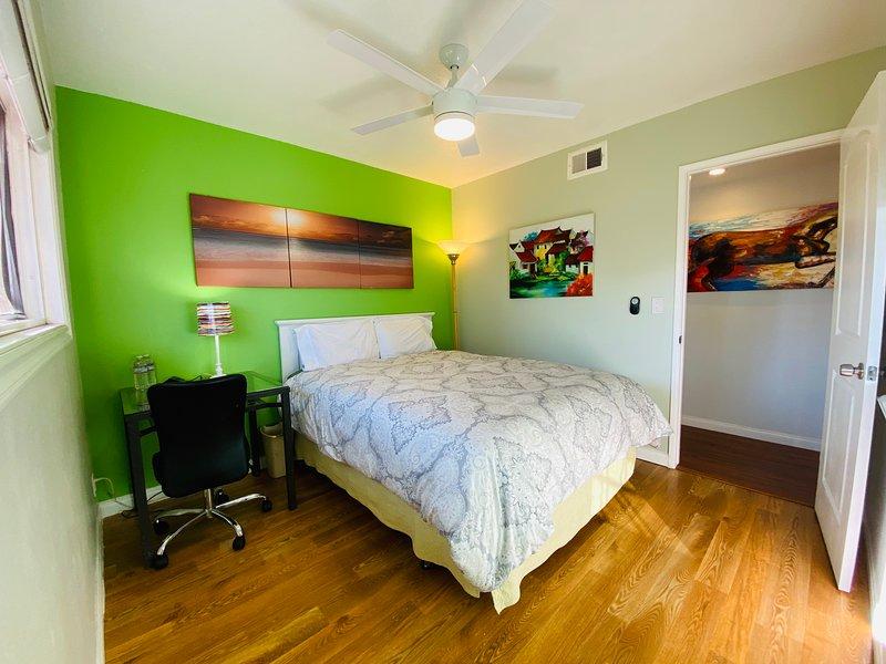 California Living - Surf Room in a Friendly Host Family's Home, alquiler vacacional en Costa Mesa