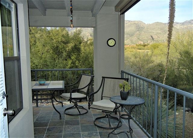 Window to the Catalina Mountains in this 1st floor with MANY Upgrades, holiday rental in Tucson